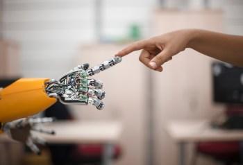 """Die Retail Offensive Teil 5: """"I, Robot"""" im Autohaus – Implikationen von künstlicher Intelligenz auf den Automobilhandel"""