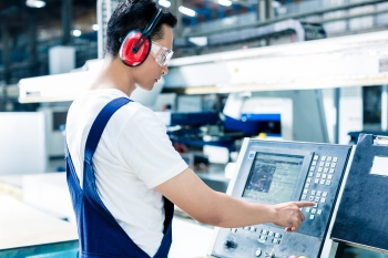 The Role of Smart Manufacturing Operations Management in Discrete Manufacturing and the Smart Factory
