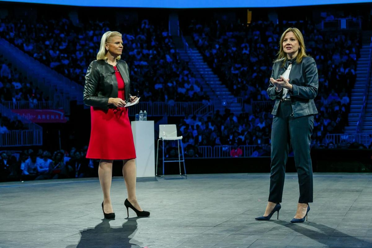 IBM CEO Ginni Rometty (links) en GM CEO Mary Barra (rechts)